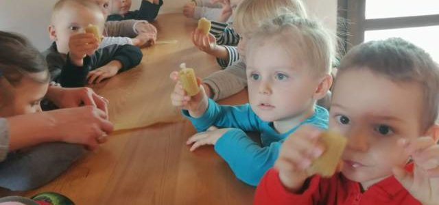"""Wycieczka grup młodszych do gospodarstwa """"Agrochatka"""" w Biadaczu"""